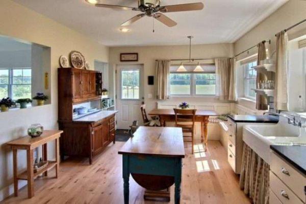 буфет на кухне в деревянном доме