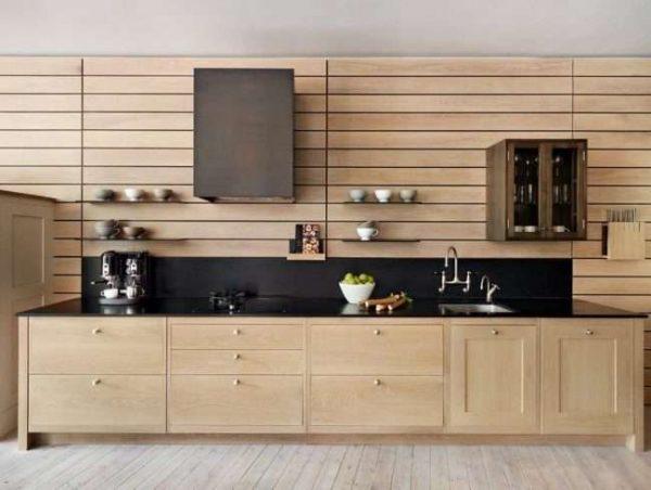 деревянный гарнитур с панелями на стене кухни в деревянном доме
