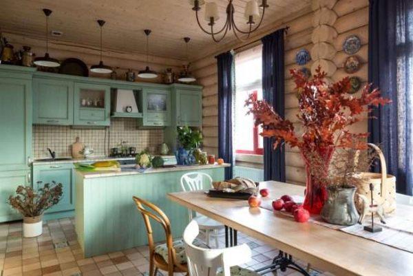 мятная кухня в деревянном доме