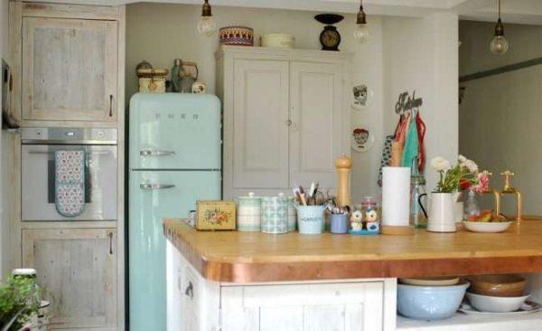 холодильник на кухне в деревянном доме