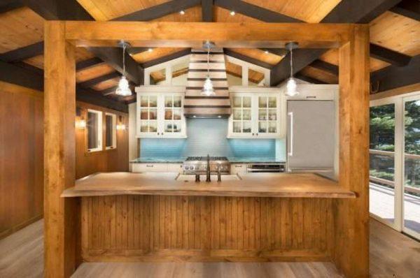 кухня в деревянном доме с панелями из МДФ