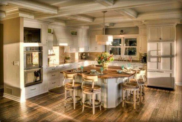 интерьер светлой кухни в деревянном доме