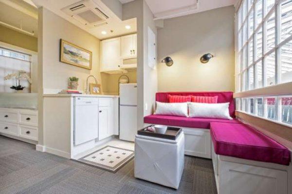 Интерьер кухни в однокомнатной квартире с балконом