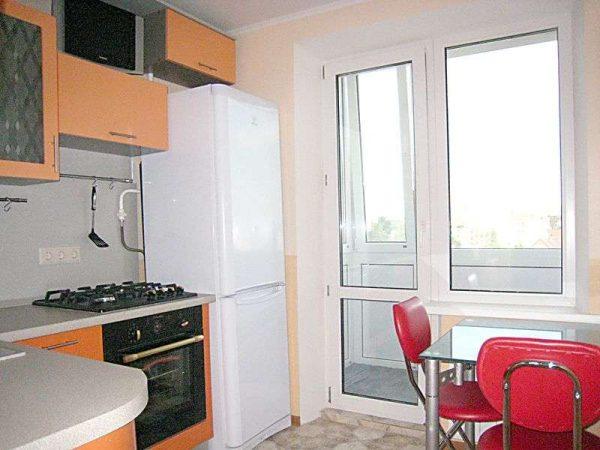кухня возле балкона в однокомнатной квартире