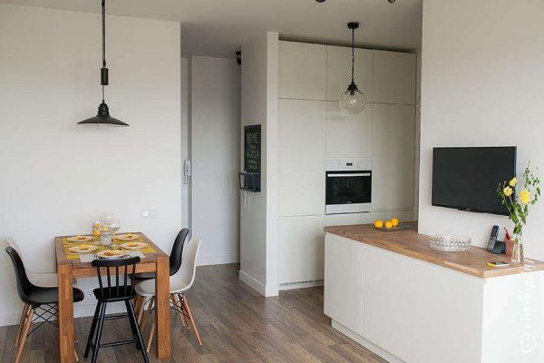 белый интерьер кухни в однокомнатной квартире