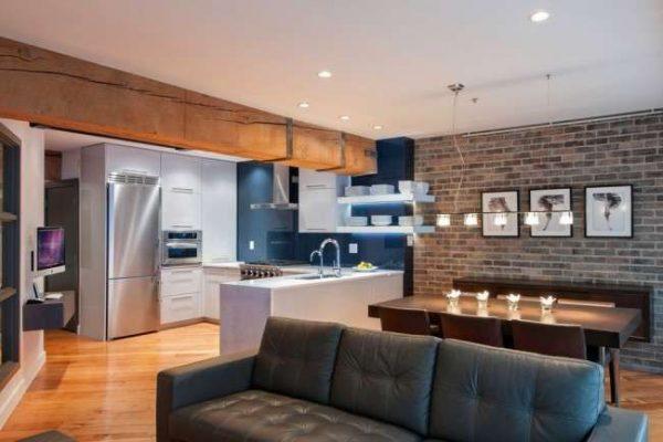 бело-синяя кухня в однокомнатной квартире с гостиной