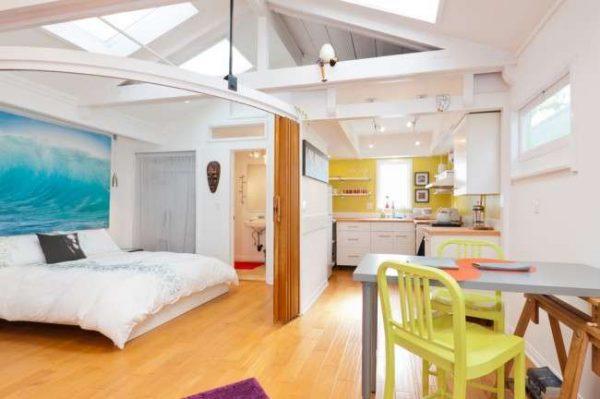 обеденная зона и зона спальни на кухне в однокомнатной квартире