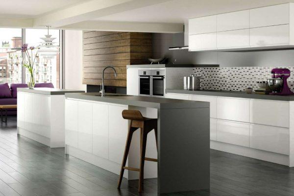 белые фасад и тёмная столешница кухни в стиле хай тек