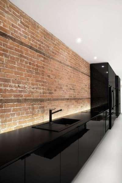 кирпичная кладка на стене кухни в стиле хай тек