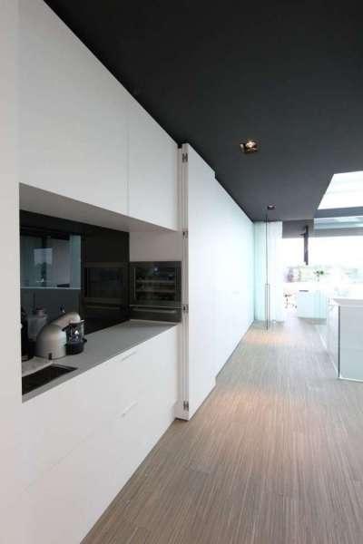 светлые полы в интерьере кухни в стиле хай тек