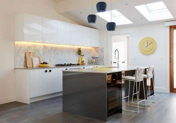 островная рабочая зона на кухне в стиле хай тек