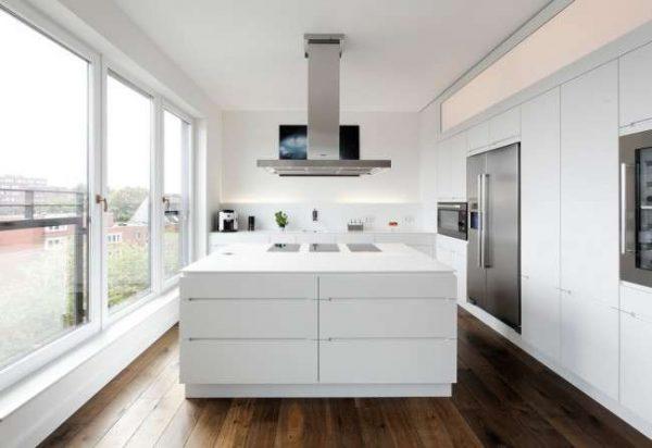 интерьер белой кухни в стиле хай тек