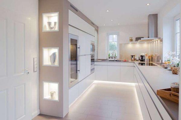 светлая кухня в стиле хай тек без верхних полок