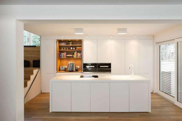 белый остров на кухне в стиле хай тек