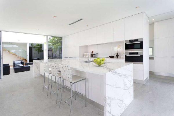 мрамор в качестве столешницы на кухне в стиле хай тек