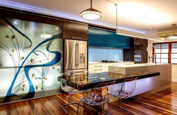 интерьер яркой кухни в стиле хай тек с подсветкой