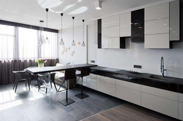 интерьер кухни в стиле модерн с натяжным потолком