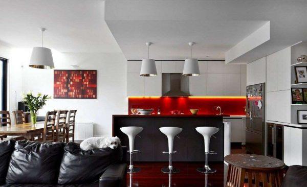 красный фартук на кухне в стиле модерн