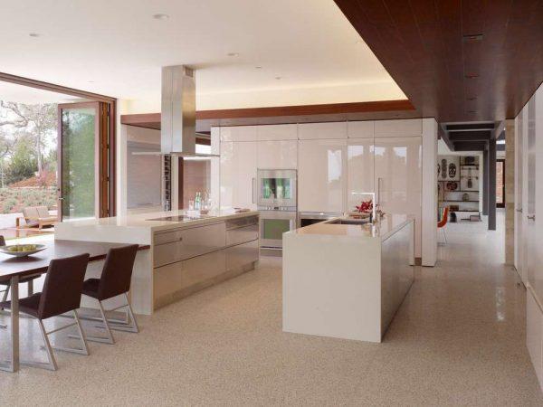 белые глянцевые фасады на кухне в стиле модерн