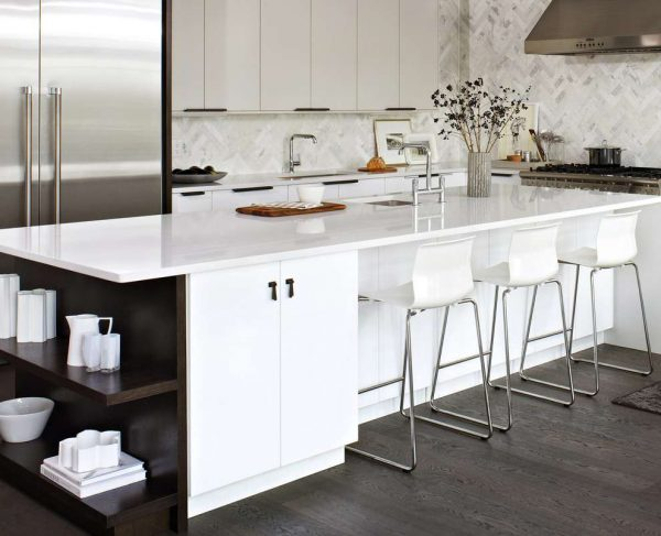 островной стол белый на кухне в стиле модерн