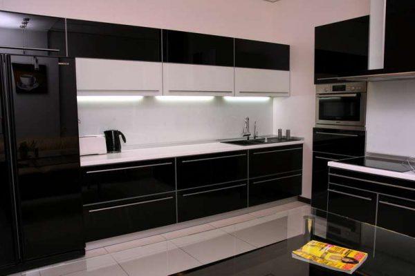 чёрный гарнитур на кухне в стиле модерн