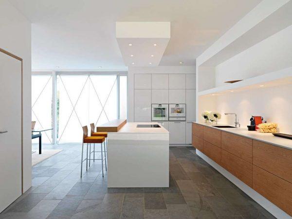 белый остров на кухне в стиле модерн