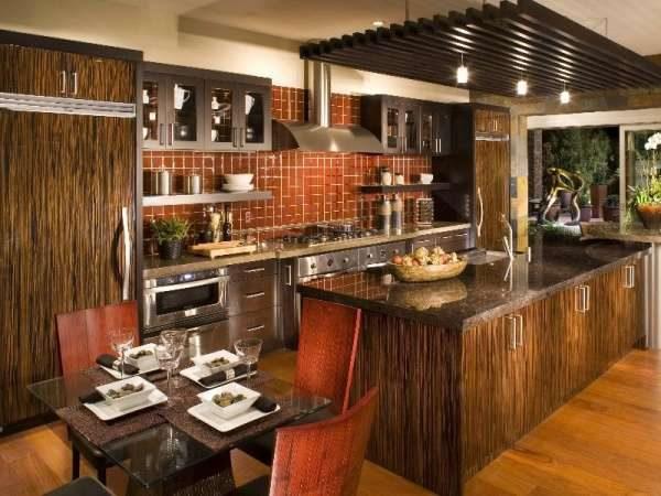 столешница из мрамора в интерьере кухни в стиле шале