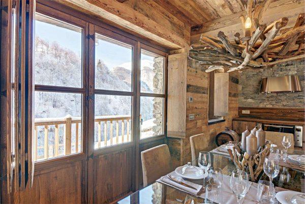 светильник из дерева в интерьере кухни в стиле шале