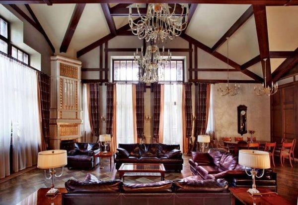 интерьер кухни-гостиной в стиле шале со шторами