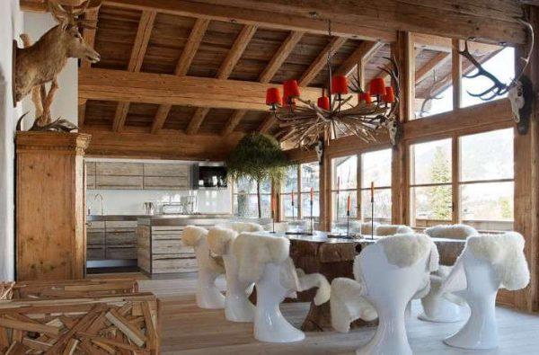 стильная обеденная зона на кухне в стиле шале