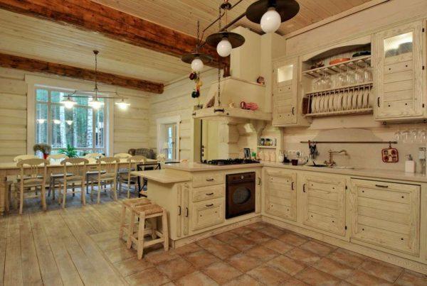 светлая кухня из дерева шале