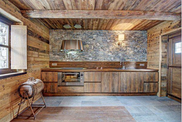 каменная кладка на стене кухни в стиле шале