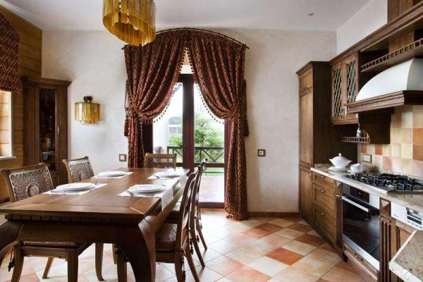 шторы длинные на кухне в стиле шале