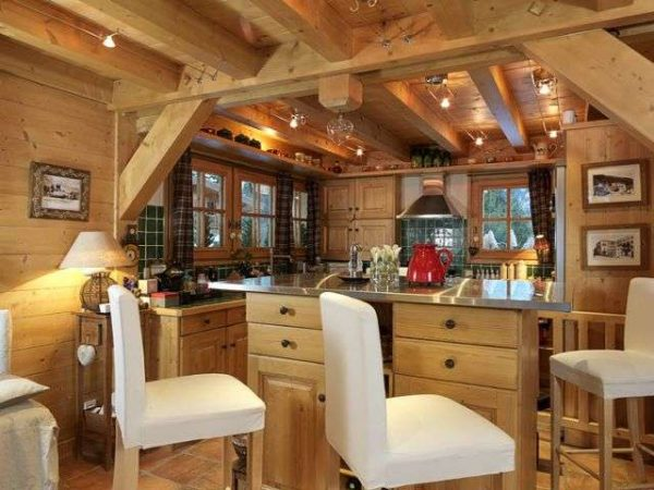 белые стулья на кухне в стиле шале