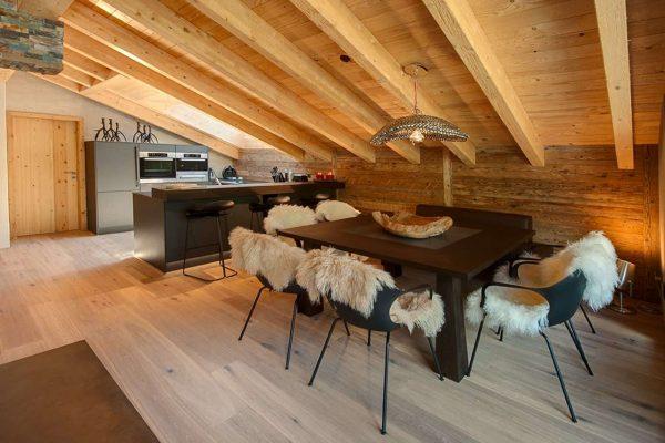 деревянный потолок на кухне в стиле шале