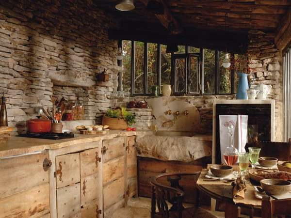 грубая отделка стены камнем на кухне в стиле шале