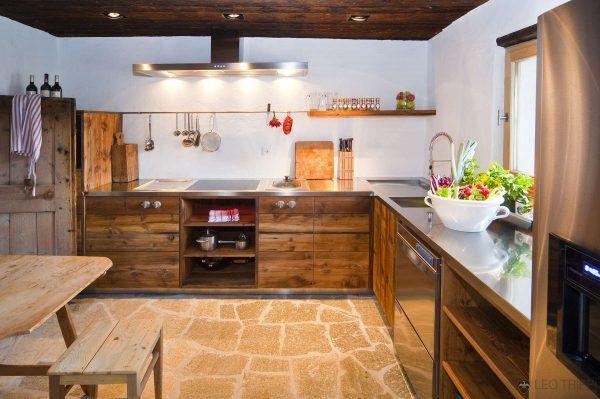 кухня в стиле шале с натуральным камнем на полу