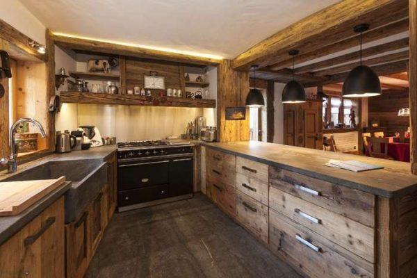 рабочая зона на кухне в стиле шале