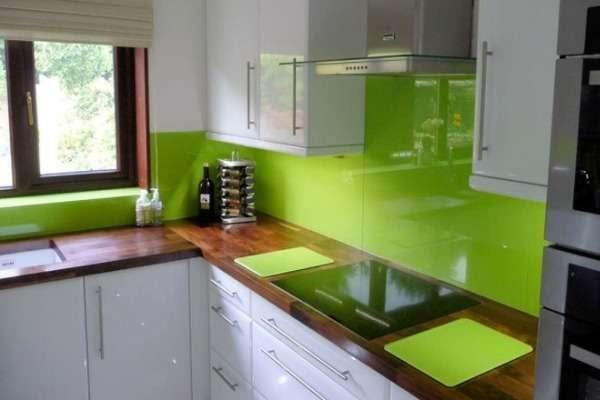 зеленый цвет в интерьере кухни в сочетании с белым