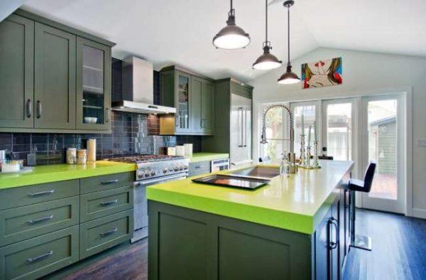 зелёный гарнитур с яркой столешницей в интерьере кухни