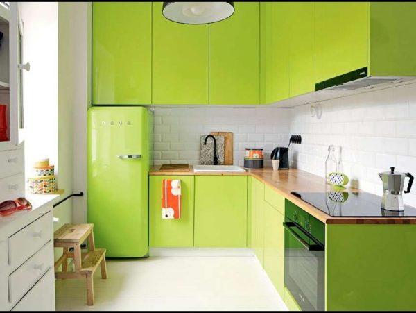 угловой зелёный гарнитур в интерьере кухни