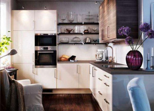 интерьер маленькой кухни со встроенной техникой