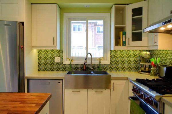 угловая маленькая кухня с зелёными стенами