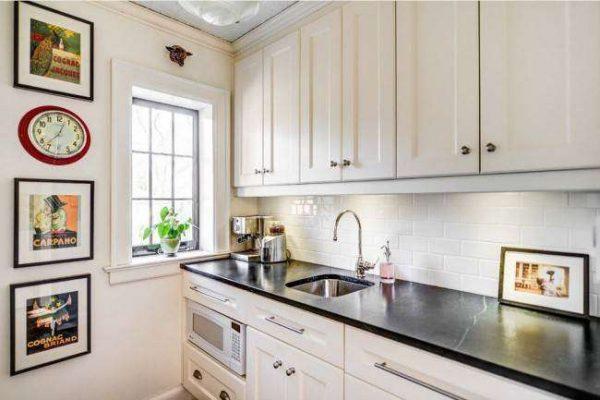 интерьер маленькой кухни с прямым гарнитуром
