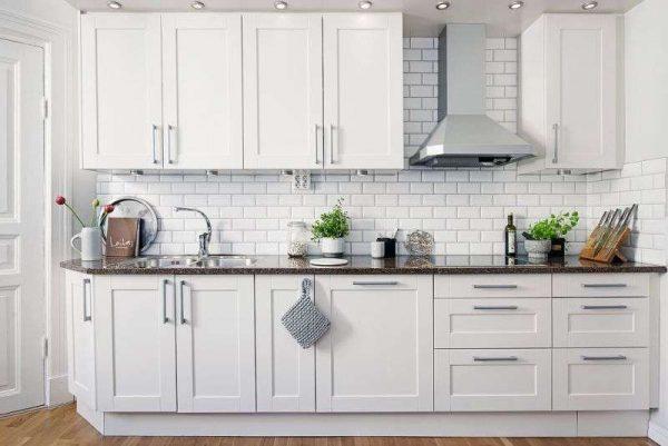 Линейная кухня гостиная белая