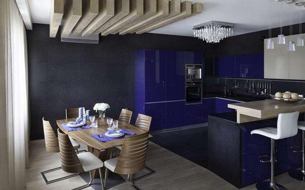 фиолетовый гарнитур на кухне гостиной