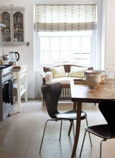 белые римские шторы с узором в интерьере кухни