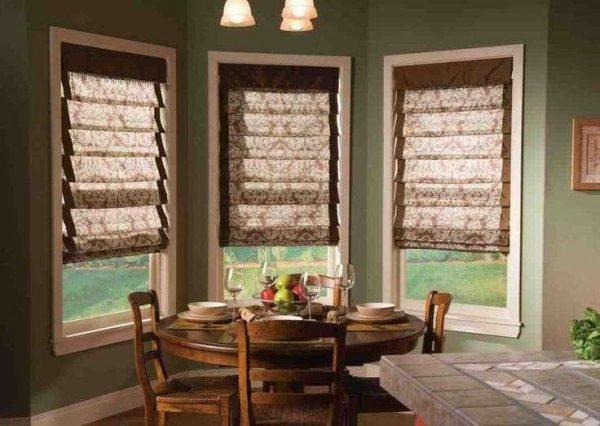 римские шторы в интерьере кухни на стекле