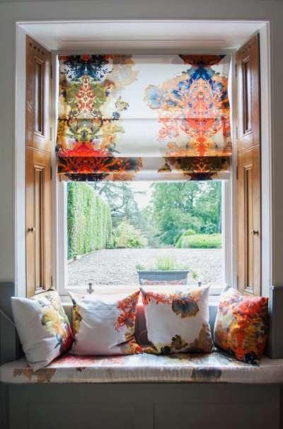 римские шторы гармонируют с диванными подушками