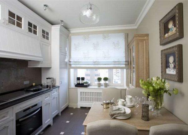 римские шторы с принтом в интерьере кухни